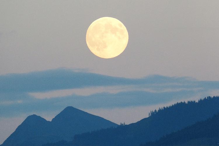 月のリズムに合わせてお月様の下で「お月見YOGA」